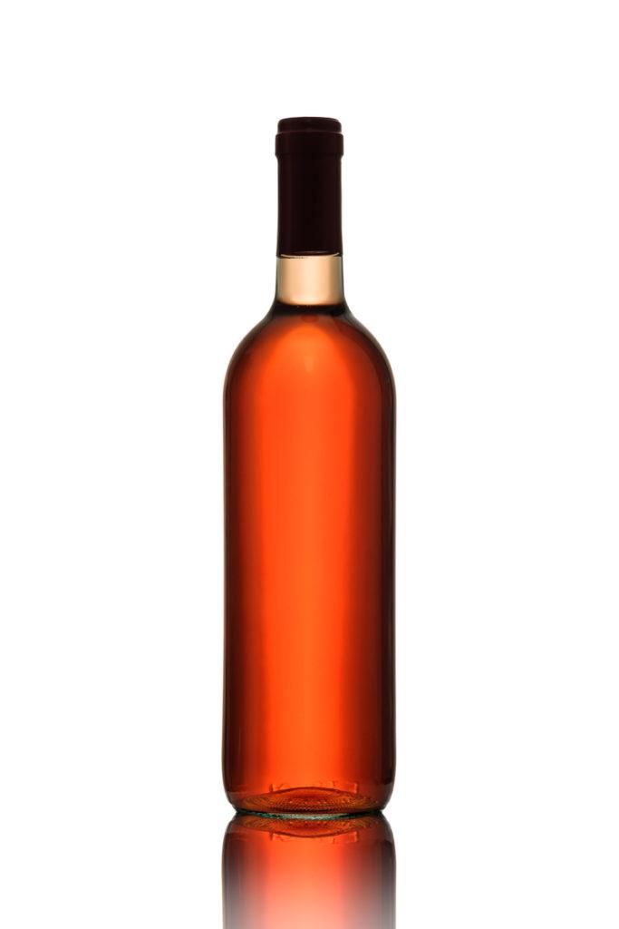 Flasche Rosewein im Gegenlicht