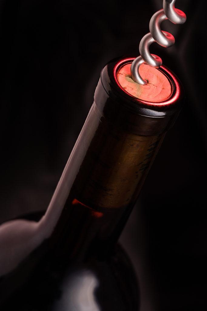 Weinflasche und Korkenzieher im Hochformat