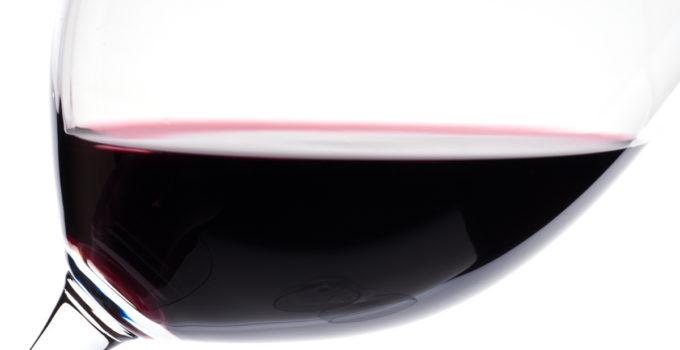 Nahaufnahme von Rotwein im Weinglas