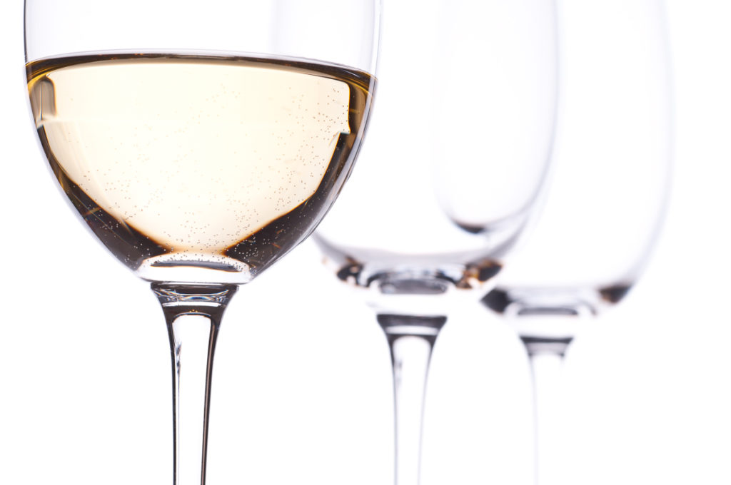 Drei Gläser mit Weißwein