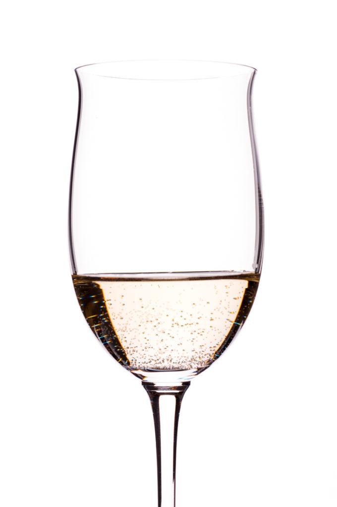 Weisswein mit Kohlensäure im Weinglas