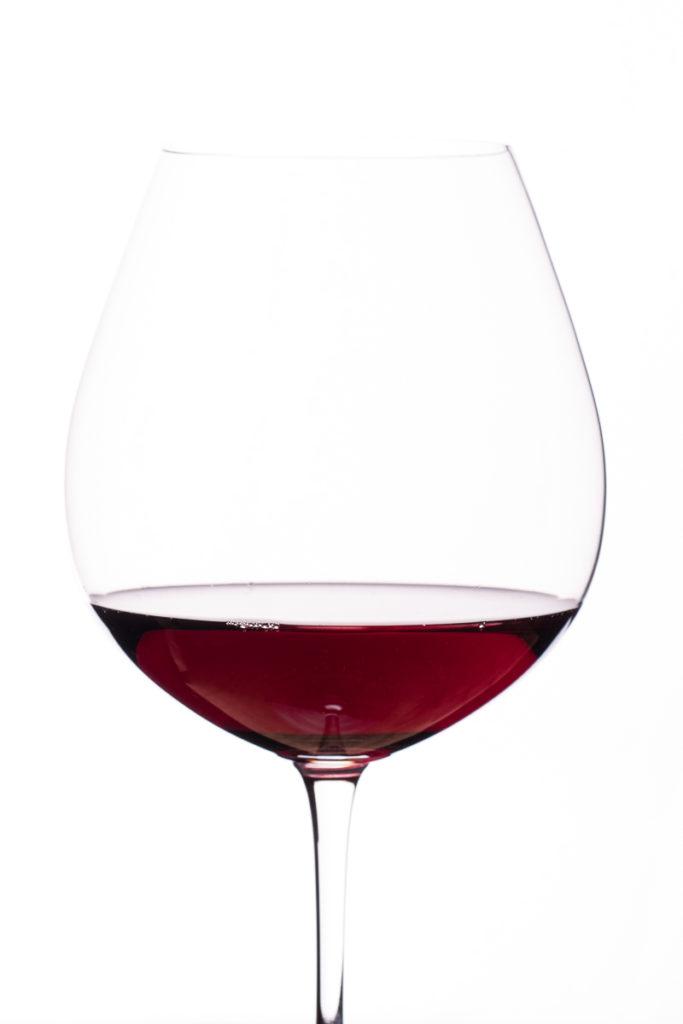 Burgunder Rotwein im Weinglas