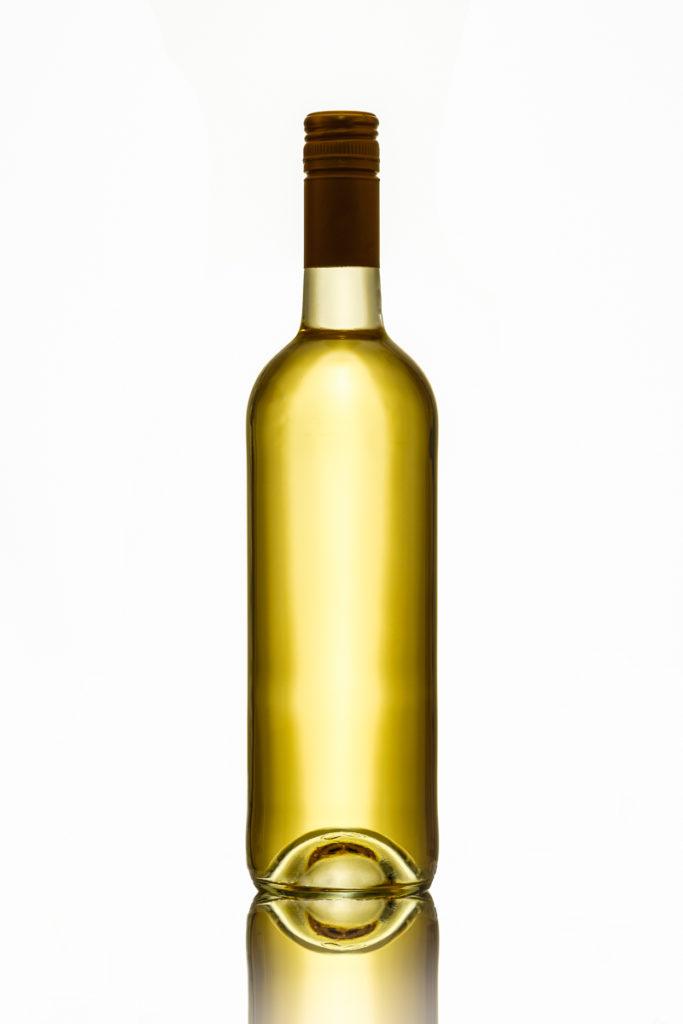 Flasche Weißwein im Gegenlicht