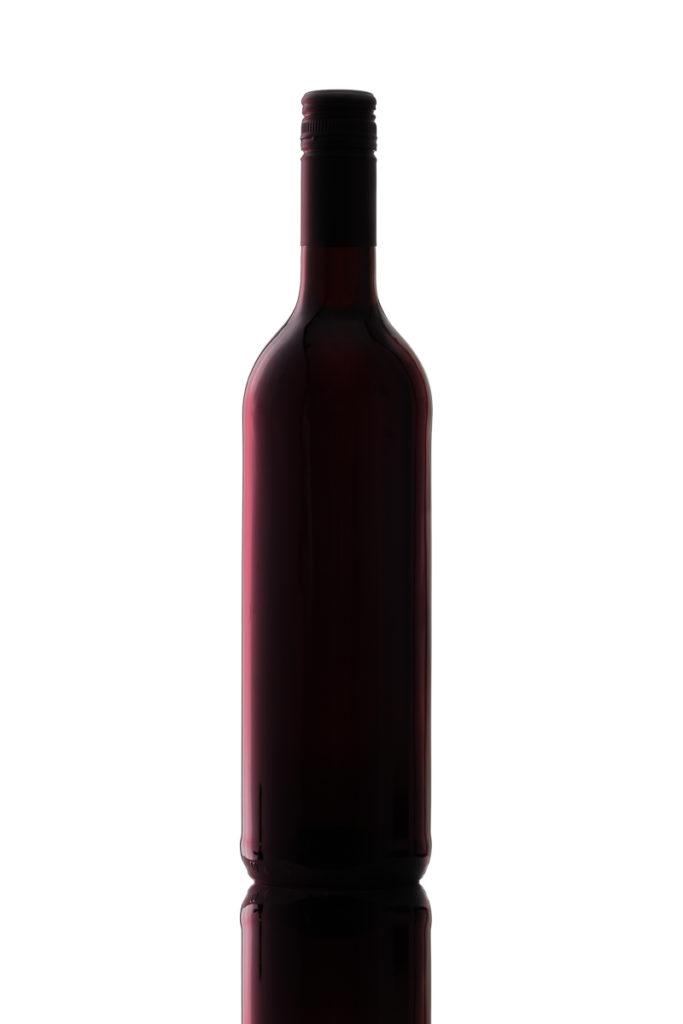 Flasche Rotwein mit roten Lichtreflex