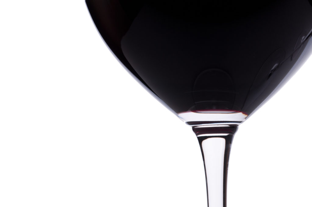 Nahaufnahme Rotwein im Weinglas