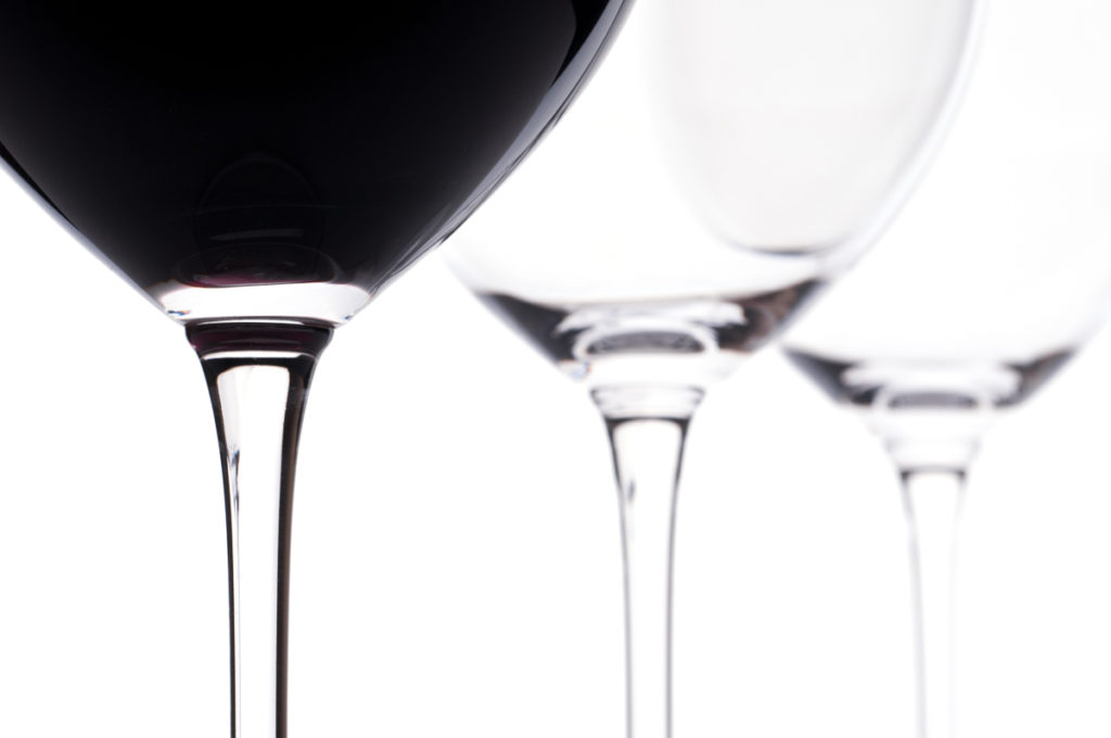 Drei Bordeaux-Weingläser mit Wein