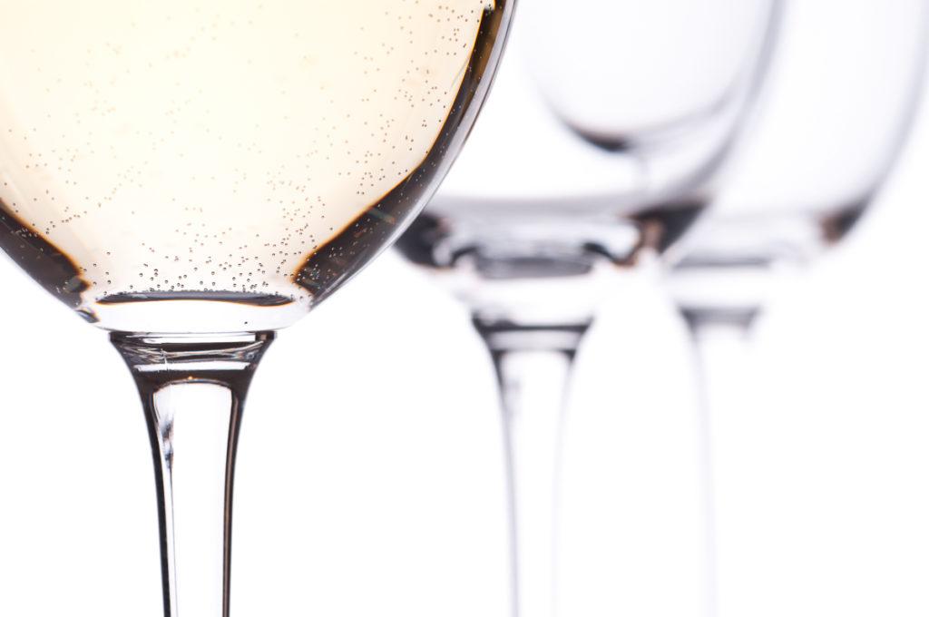Kohlensäure im Weißwein im Weinglas